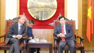 """""""Le ministre vietnamien de la Culture, des Sports et du Tourisme, Nguyên Ngoc Thiên (droite), et l'ambassadeur Bruno Angelet, chef de la Délégation de l'Union européenne au Vietnam. """" par : baovanhoa - Vietnam+"""